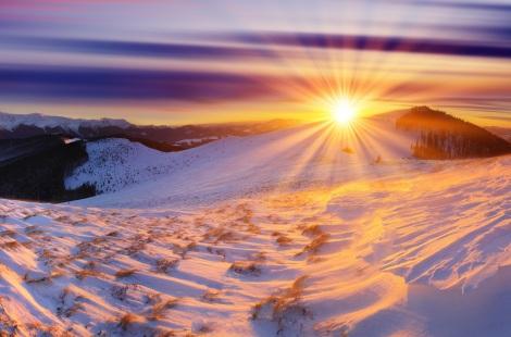 zima-rassvet-gory-sneg-solnce